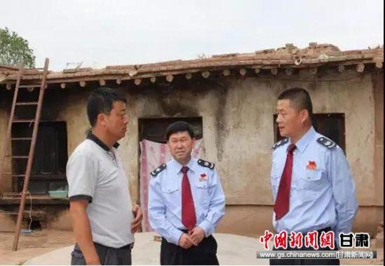 税务干部和红古村支书一起研究帮扶措施。