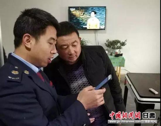 贺东东上门辅导纳税人安装个税手机APP。