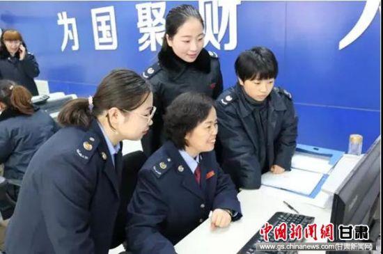 冯春虹辅导办税服务厅人员学习个税申报。