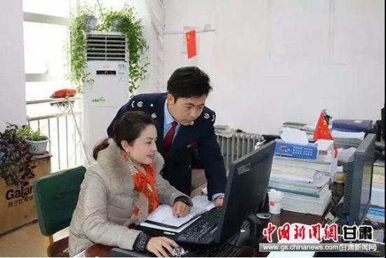 柳长青辅导纳税人进行个税申报。