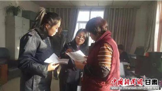 张玉萍给纳税人讲解个税新政。