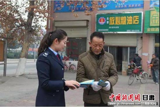 杨倩向纳税人发放宣传资料。
