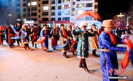 图为民众载歌载舞庆祝祭火节。乌仁花 摄