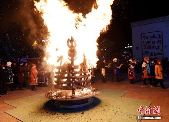 祭火是蒙古民族最古老的祭祀活动之一,这一习俗已经沿袭近千年,过去蒙古人吃饭前首先要用奶酒敬火,现在则要在每年腊月二十三举行最隆重的祭火活动,被世人称为祭火节。乌仁花 摄