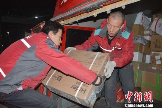 图为快递员正在配送货物。 郭红 摄