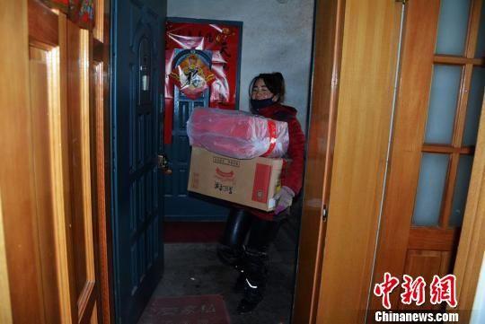 图为快递员为顾客送货上门。 郭红 摄