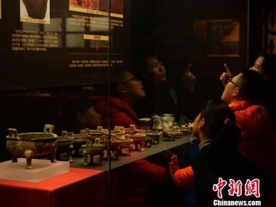 展出文物包括三批从海外回归故里的甘肃礼县大堡子山文物,以及国家博物馆、甘肃博物馆馆藏大堡子山精品文物以及早期秦文化考古出土的重要文物。 丁思 摄