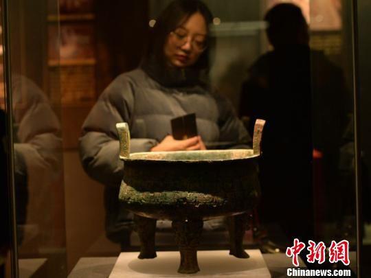 该展览分为回归、兴起、融合3个单元,以实物展示与图片、文字展板相结合的形式,生动讲述了早期秦文化故事。该展览持续至2月28日。 丁思 摄