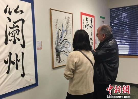 《海外华人写兰州国际书法展》在美国丹佛活动的展览厅一角。 钟欣 摄