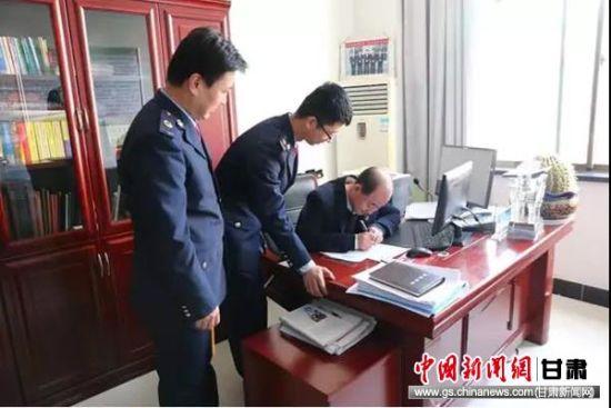 税务干部辅导联社主任填写专项附加扣除信息。