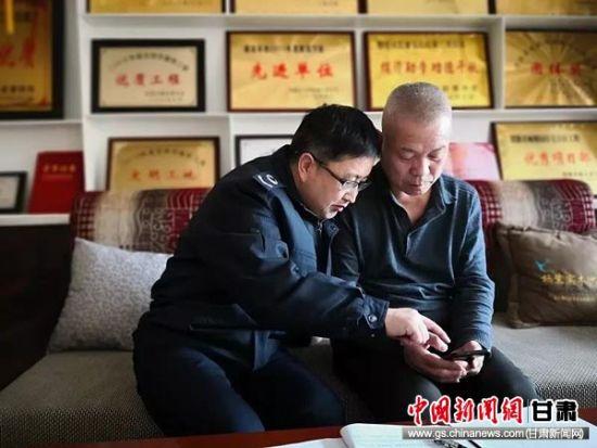 税务干部手把手辅导邹亚斌注册个税APP。