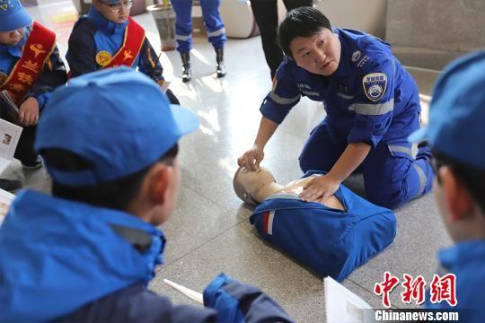 图为天水龙城救援队员为青年志愿者示范心肺复苏操作流程。 刘斌 摄