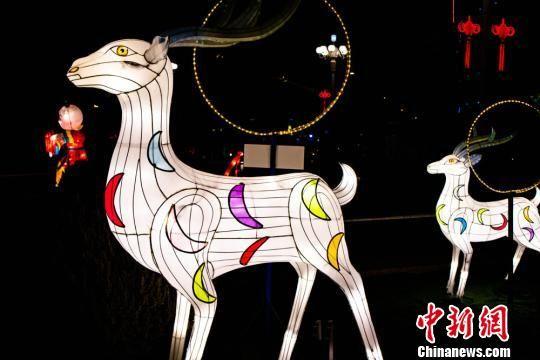 象征着吉祥、富裕、幸福、安康,大大小小的节日花灯和城市街灯让冬日的敦煌城充满了温馨浪漫的气息。 王斌银 摄