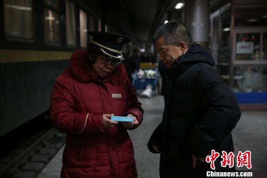 列车一到站,杨建国就把缓解腰疼的药递到妻子手中催促她快点吃药。 马勇强 摄