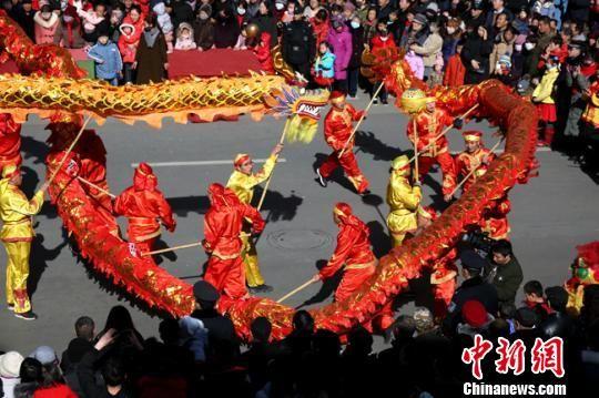 图为敦煌社火闹新春。 张晓亮 摄