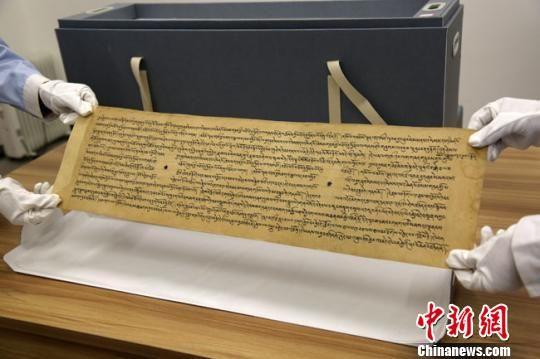 图为完成修复的敦煌唐代藏文写经。 张晓亮 摄