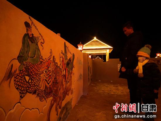 图为当地村民参观九曲黄河灯阵。