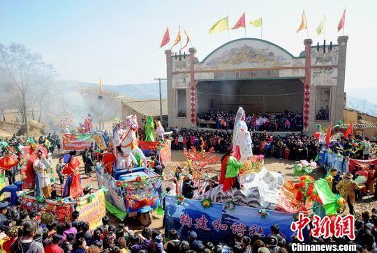 图为天水市秦安县村民们会聚在一起观看社火表演。 师永红 摄