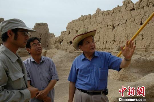 2005年,李最雄在新疆交河故城抢险加固工程现场。(资料图) 敦煌研究院供图 摄