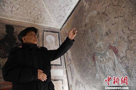2019年1月李最雄接受中新网记者专访时,前往位于兰州的敦煌艺术馆为记者讲解壁画修复保护的故事。 杨艳敏 摄