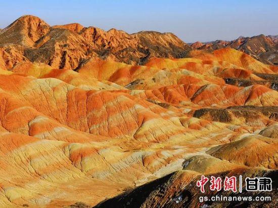 张掖丹霞地貌发育于距今约200万年的前侏罗纪至第三纪,主要由红色砾石、砂岩和泥岩组成,有明显的干旱、半干旱气候的印迹。