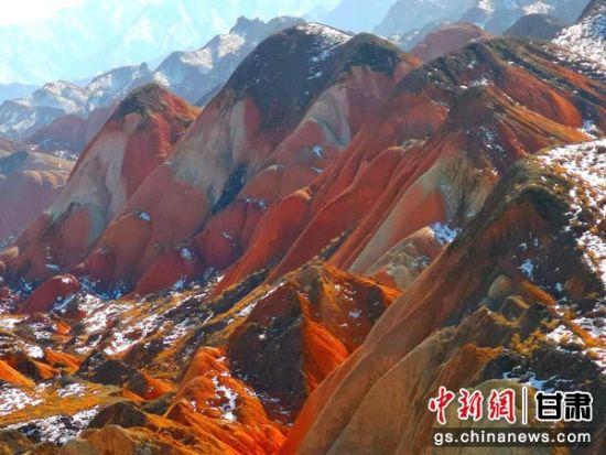 图为丹霞与积雪相映,宛如一幅色彩明丽的油画。