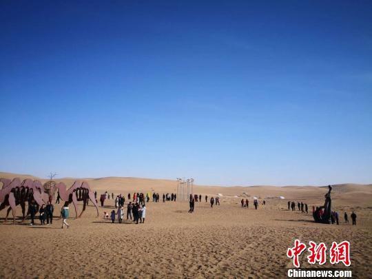 图为民勤县苏武沙漠大景区游人如织。 马爱彬 摄