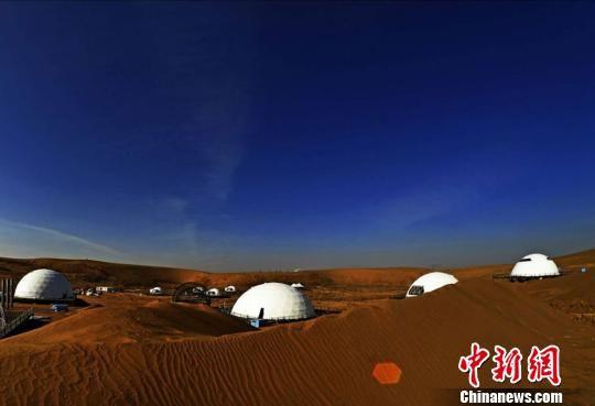 """图为""""摘星小镇""""呈现出大漠梦幻仙境,引来一波又一波的民众和游客前来观赏。 李军 摄"""