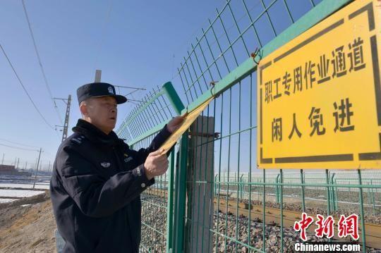 图为杨勇排查线路护网安全隐患。 刘东帅 摄