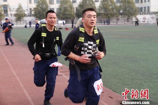 图为负重5000米跑。 杜学凯 摄