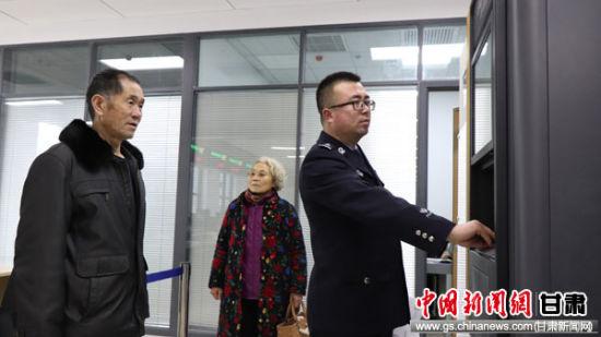 图为民警协助老年群众取证。