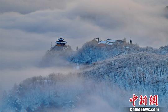图为庙宇置身云海。 徐振华 摄