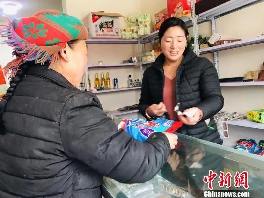 """坪垭藏族乡腰道村村民李吉地卓玛""""因地制宜""""将家中一楼整理成超市,出售各类生活用品。 艾庆龙 摄"""