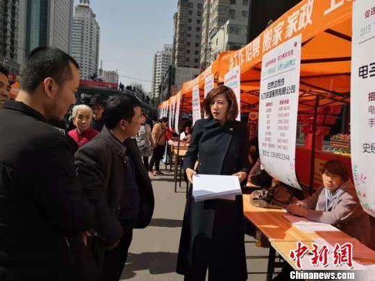 图为企业招聘人员在向求职者讲解用工需求。 杨娜 摄