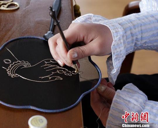 刘瑶正在刺绣。 高展 摄