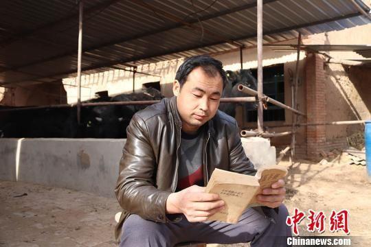 毛亮亮经常会翻阅一些专业书籍来给自己充电。 钟欣 摄