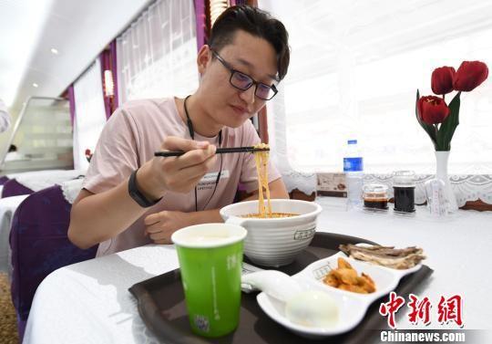 """""""环西部火车游Y6678次""""列车常态化供应兰州牛肉面。(资料图) 杨艳敏 摄"""