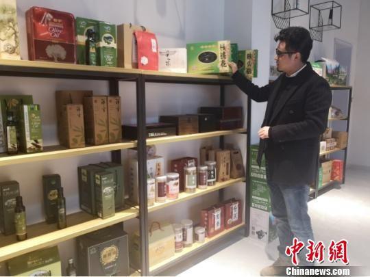 """""""瞄准""""电商发展前途,武都区民众徐涛返乡创业开办电商公司。图为徐涛及其公司产品。 高康迪 摄"""