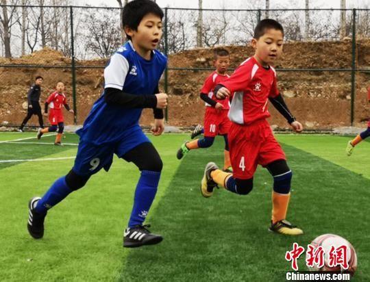图为甘肃省兰州市榆中县中连川小学学生进行足球比赛。(资料图) 钟欣 摄