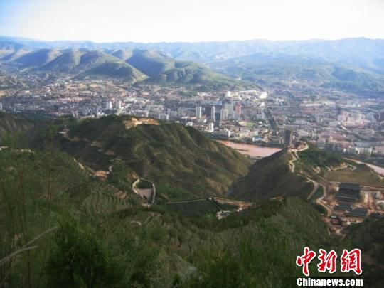 据甘肃省兰州市南北两山环境绿化工程指挥部透露,目前,兰州南北两山山体绿化面积已达60万亩。图为绿化后山体。(资料图) 陈江波 摄