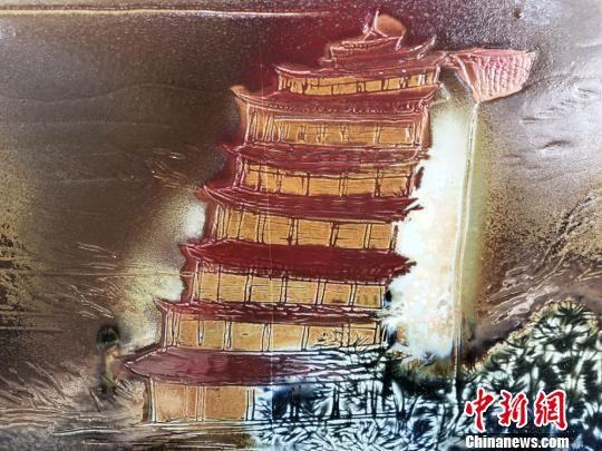 图为主题为莫高窟九层塔的瓷板画作品。 徐雪 摄