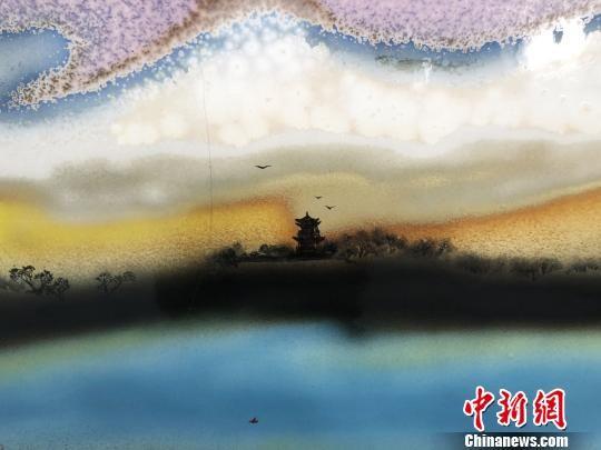 图为以月牙泉为主题的瓷板画作品。 徐雪 摄