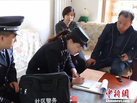 图为刘兰香在走访社区住户认真登记。 甘肃省公安厅 摄