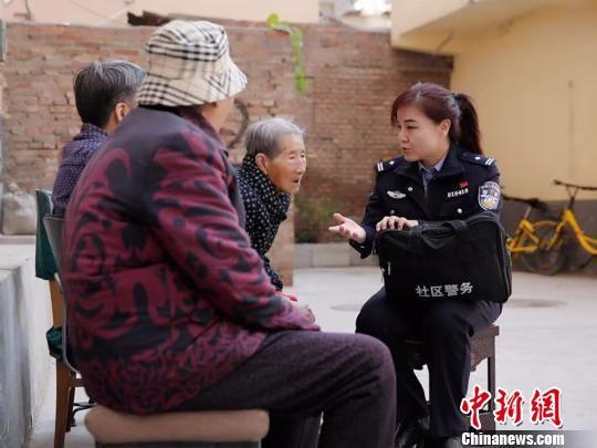 图为刘兰香正在社区工作。 甘肃省公安厅 摄