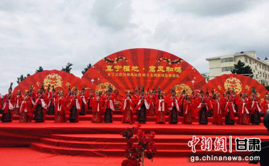"""2018年8月17日,甘肃正宁举办主题为""""真宁福地 鸾凤和鸣""""的集体婚礼。 张楠 摄"""