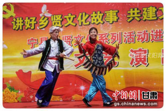 宁县乡贤文化系列演出庆阳表演艺术家辛苑铭、殷金香《十二把镰刀》轰动全场。
