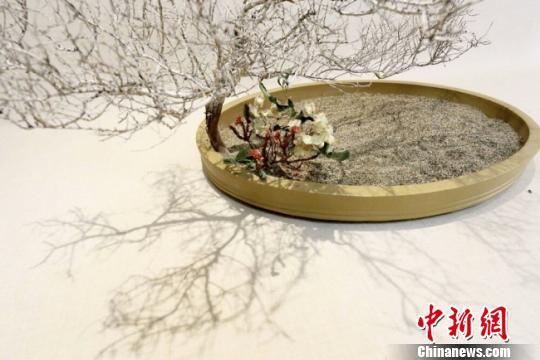"""图为兰州花道艺人用甘肃河西一带的沙子及沙漠植物创作的""""花道""""作品。 高展 摄"""