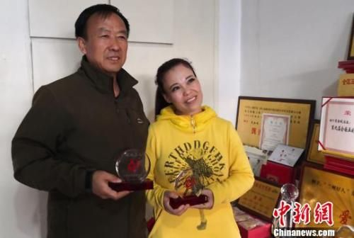 19年来,兰州乡村教师蓝向前和妻子范金凤风雨无阻坚持无偿献血10万多毫升,献血证可以铺满整张床。 刘玉桃 摄