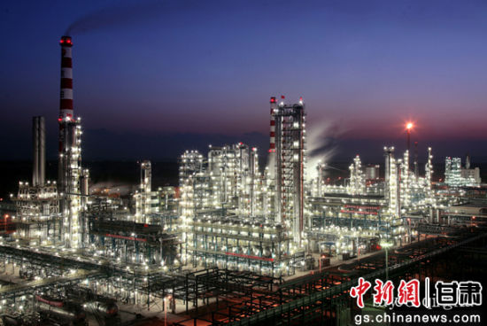 中石油庆阳炼化厂夜景。魏锋征摄