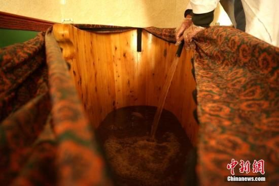 资料图:藏医药浴法药液。中新社记者 江飞波 摄